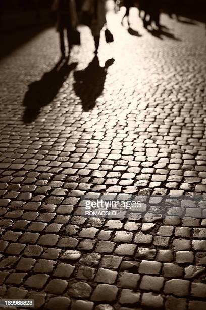 Menschen zu Fuß auf Kopfsteinpflaster in Rom, Italien
