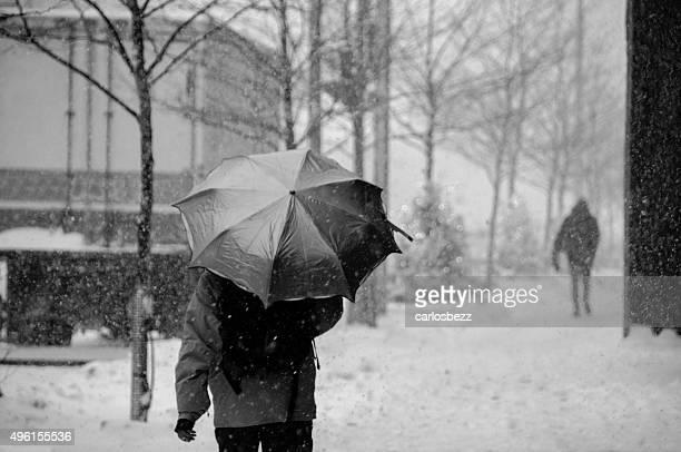Gente cammina sulla strada nella neve molto forte