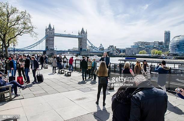 Personnes marchant sur la Promenade de la Tamise à proximité de Tower Bridge à Londres