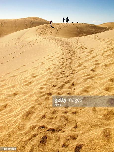 Gente caminando por Duna de arena de Maspalomas Gran Canaria) (