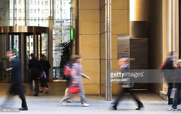 Menschen zu Fuß zur Arbeit