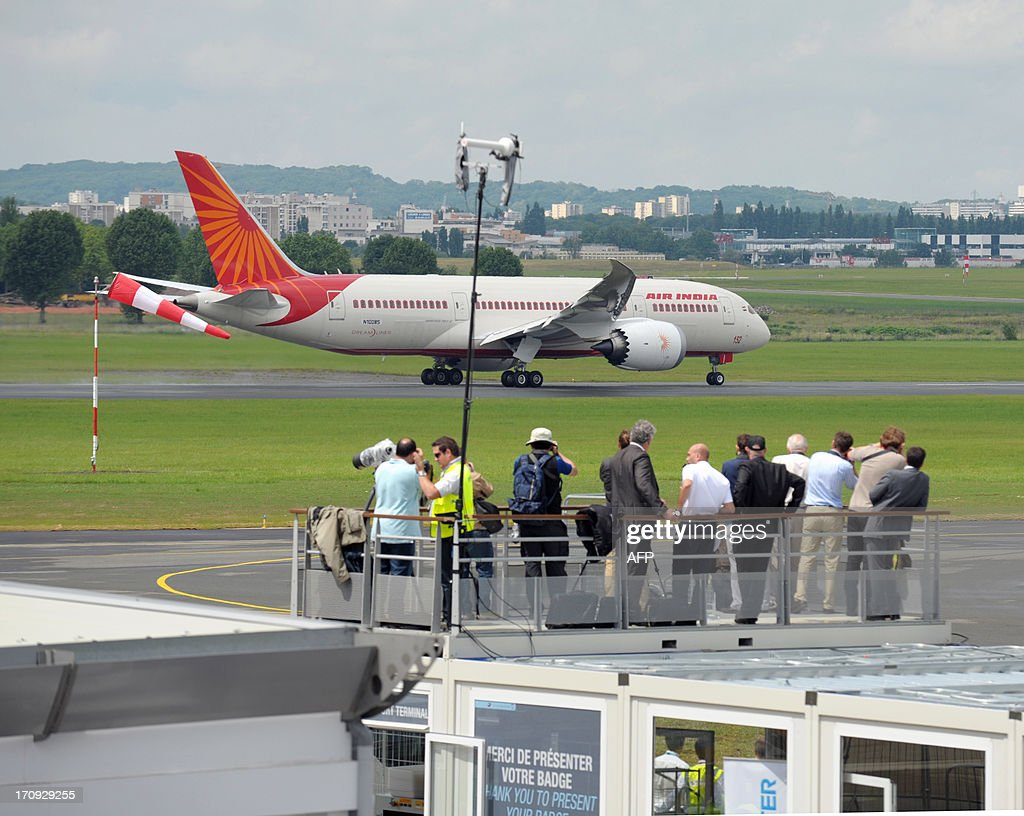 People watch the Air India Boeing 787 Dreamliner prior to its take off to present its flying display at Le Bourget airport, near Paris on June 20, 2013 during the 50th International Paris Air show.