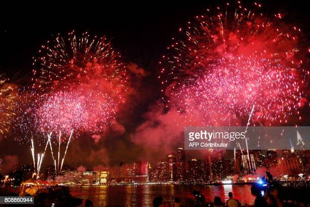 People watch the Macy's 4th of July fireworks show from Queens New York on July 4 2017 / AFP PHOTO / EDUARDO MUNOZ ALVAREZ