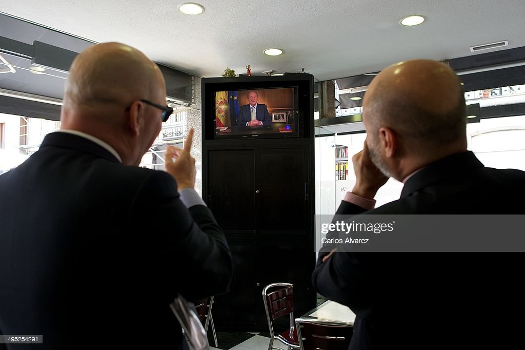People watch the televised abdication speech by King Juan Carlos of Spain, on June 02, 2014 in Madrid, Spain. King Juan Carlos of Spain has renounced the throne after 39 years and will be succeeded by his son, Prince Felipe of Spain.