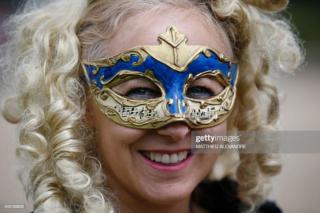 People wearing period costumes attend the annual Grand Siecle day event, a rendez-vous for costume passionates, at the Chateau de Vaux-le-Vicomte (Vaux-le-Vicomte castle) in Maincy near Paris on June 26, 2016. / AFP / MATTHIEU