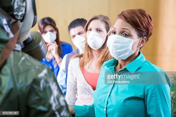 Personnes portant un masque de protection médical pendant épidémie de grippe contagieuse