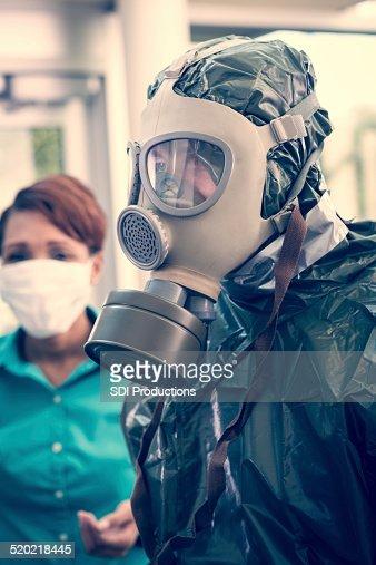 Persone che indossano abiti e maschere protettive durante contagiose Epidemia