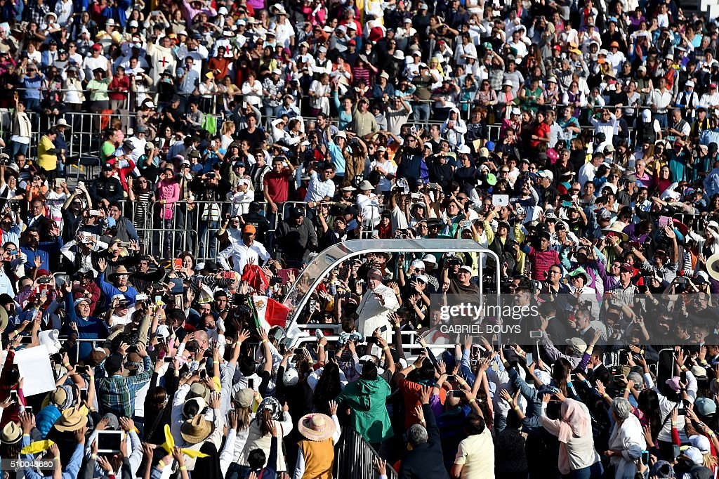 People welcome Pope Francis as he arrives to celebrate Holy Mass in the Basilica of Our Lady of Guadalupe in Mexico City on February 13, 2016. Pope Francis is in Mexico for a trip encompassing two of the defining themes of his papacy: bridge-building diplomacy and his concern for migrants seeking a better life. AFP PHOTO / GABRIEL BOUYS / AFP / GABRIEL BOUYS