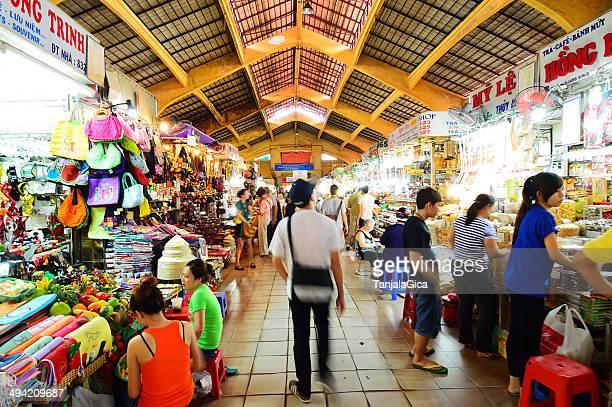 Las personas que están compras en Ben Thanh mercado de saigón
