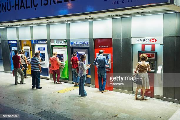 Personnes retirer de l'argent Distributeur automatique de billets