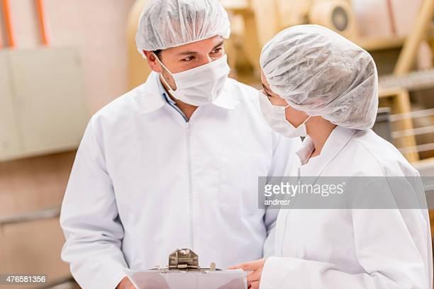 Persone che lavorano in una fabbrica di cibo