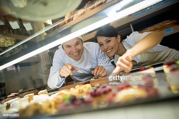 Personnes travaillant sur une pâtisserie