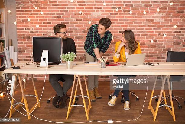 Menschen arbeiten im modernen Büro.