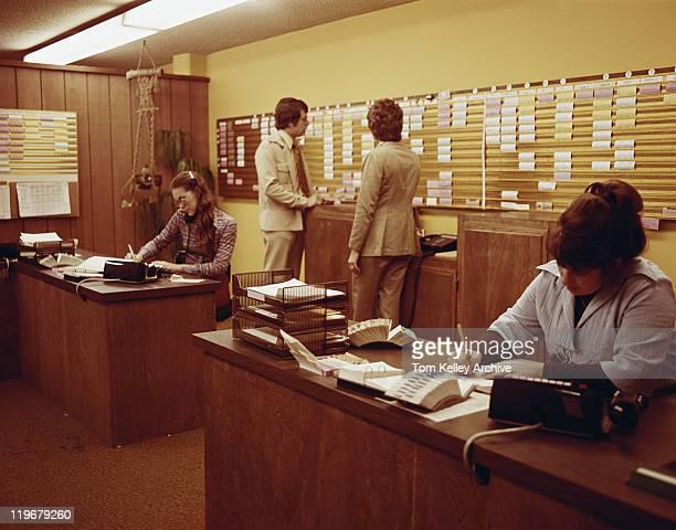 Menschen arbeiten im Büro