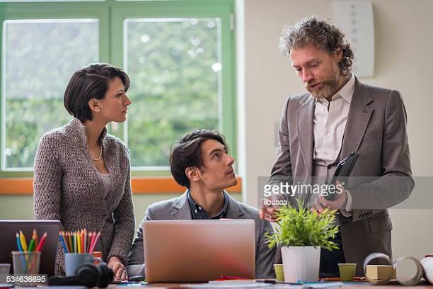 Junge Menschen arbeiten im Inbetriebnahme über kollaborative business