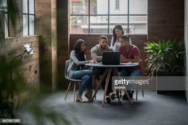 Personnes qui travaillent ensemble au bureau