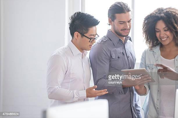 3 Personen zusammen in einem kleinen Büro.