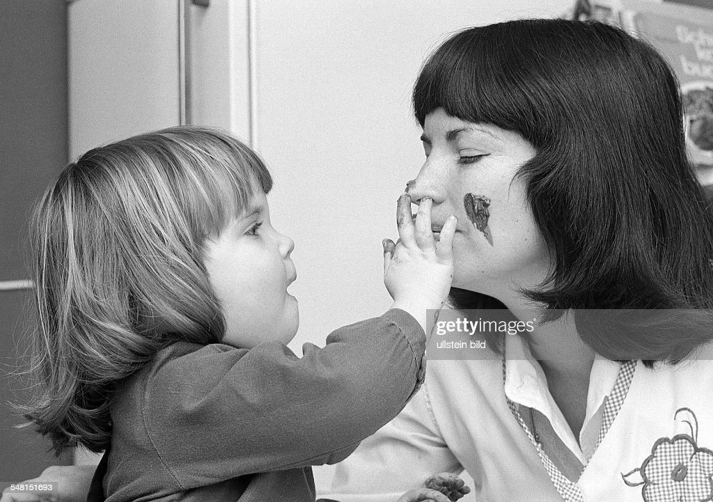 people, young mother plays with the daughter, finger colouring, aged 25 to 35 years, aged 4 to 6 years, Ria, Kathrin -