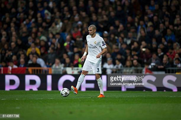 Pepe of Real Madrid CF controls the ball during the UEFA Champions League Round of 16 Second Leg match between Real Madrid CF and AS Roma at Estadio...