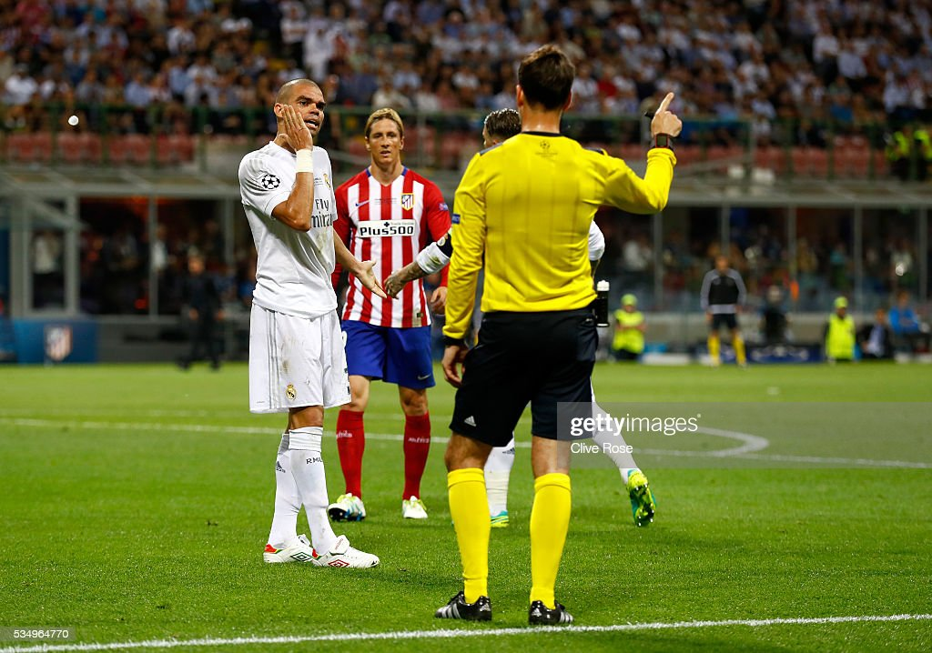 <a gi-track='captionPersonalityLinkClicked' href=/galleries/search?phrase=Pepe+-+Portugees+voetballer&family=editorial&specificpeople=4401229 ng-click='$event.stopPropagation()'>Pepe</a> of Real Madrid (l) reacts as he is given a talking to by Referee Mark Clattenburg as Fernando Torres of Atletico Madrid (c) looks on during the UEFA Champions League Final match between Real Madrid and Club Atletico de Madrid at Stadio Giuseppe Meazza on May 28, 2016 in Milan, Italy.