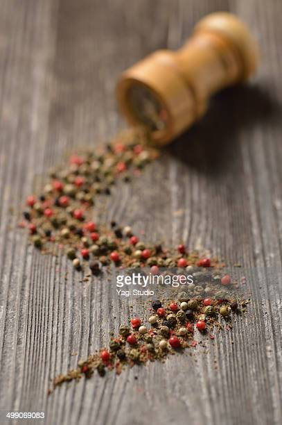 Pepper mill with mixed peppercorns