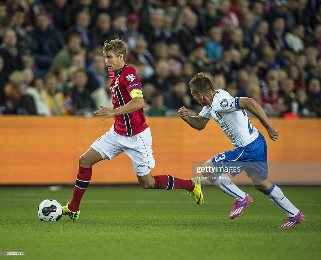 Per Ciljan Skjelbred of Norway moves the ball against Emanuele Giaccherini of Italy during the UEFA EURO 2016 qualifier match between Norway and Italy at Ullevaal Stadion on September 9, 2014 in Oslo, Norway.
