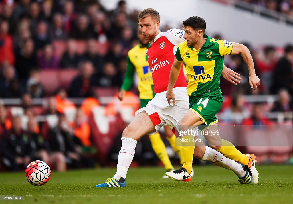 <a gi-track='captionPersonalityLinkClicked' href=/galleries/search?phrase=Per+Mertesacker&family=editorial&specificpeople=207135 ng-click='$event.stopPropagation()'>Per Mertesacker</a> of Arsenal is closed down by <a gi-track='captionPersonalityLinkClicked' href=/galleries/search?phrase=Wes+Hoolahan&family=editorial&specificpeople=4152708 ng-click='$event.stopPropagation()'>Wes Hoolahan</a> of Norwich City leading to an injury during the Barclays Premier League match between Arsenal and Norwich City at The Emirates Stadium on April 30, 2016 in London, England