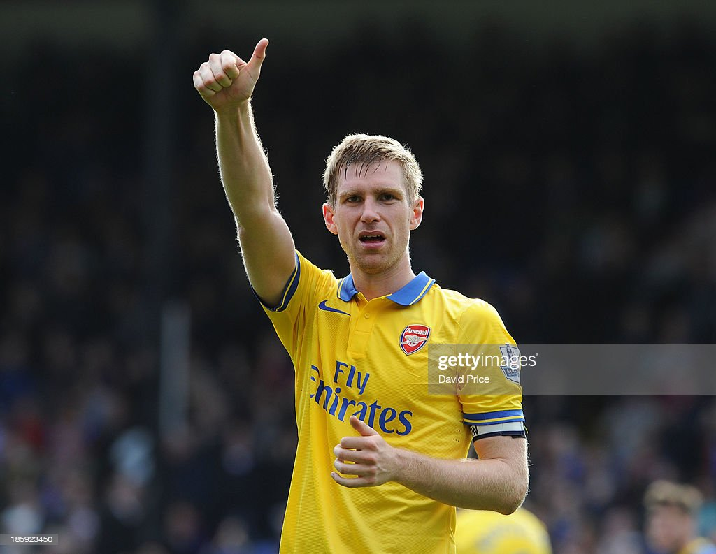 <a gi-track='captionPersonalityLinkClicked' href=/galleries/search?phrase=Per+Mertesacker&family=editorial&specificpeople=207135 ng-click='$event.stopPropagation()'>Per Mertesacker</a> of Arsenal salutes the fans after the Barclays Premier League match between Crystal Palace and Arsenal at Selhurst Park on October 26, 2013 in London, England.