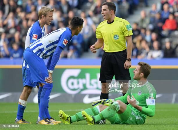 Per Skjelbred Davie Selke of Hertha BSC referee Benjamin Brand and Ralf Faehrmann of FC Schalke 04 during the game between Hertha BSC and Schalke 04...