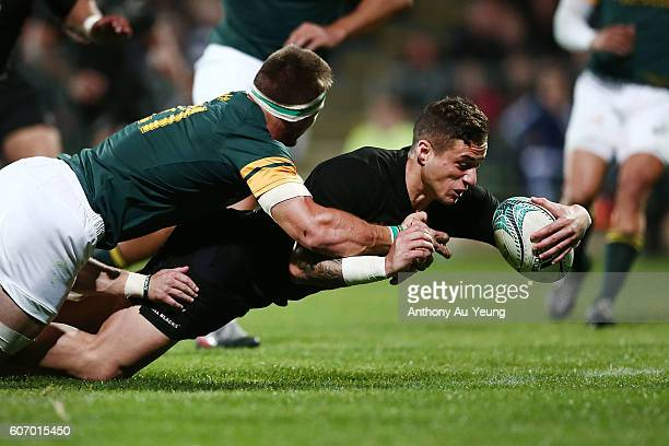 Perenara of New Zealand scores a try during the Rugby Championship match between the New Zealand All Blacks and the South Africa Springboks at AMI...