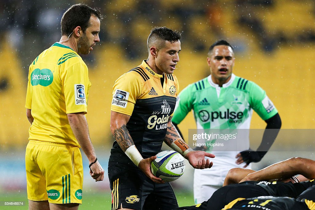 TJ Perenara of the Hurricanes feeds a scrum while <a gi-track='captionPersonalityLinkClicked' href=/galleries/search?phrase=Aaron+Smith+-+Rugby-Union-Spieler&family=editorial&specificpeople=11191134 ng-click='$event.stopPropagation()'>Aaron Smith</a> of the Highlanders and referee Mike Fraser look on during the round 14 Super Rugby match between the Hurricanes and the Highlanders at Westpac Stadium on May 27, 2016 in Wellington, New Zealand.