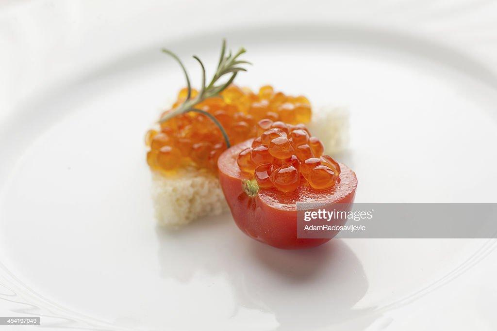Perfekte Frühstück-Kaviar-sandwich mit roten Kirschtomate : Stock-Foto
