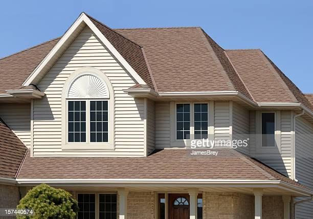 Marrone perfetta casa con tetti a capanna degli Architectural asfalto tetto, vinile schierandosi di fatto