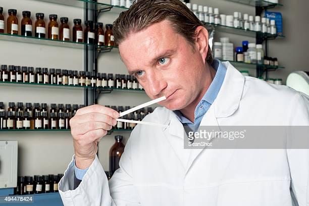Profumi settore. CHIMICO nel laboratorio