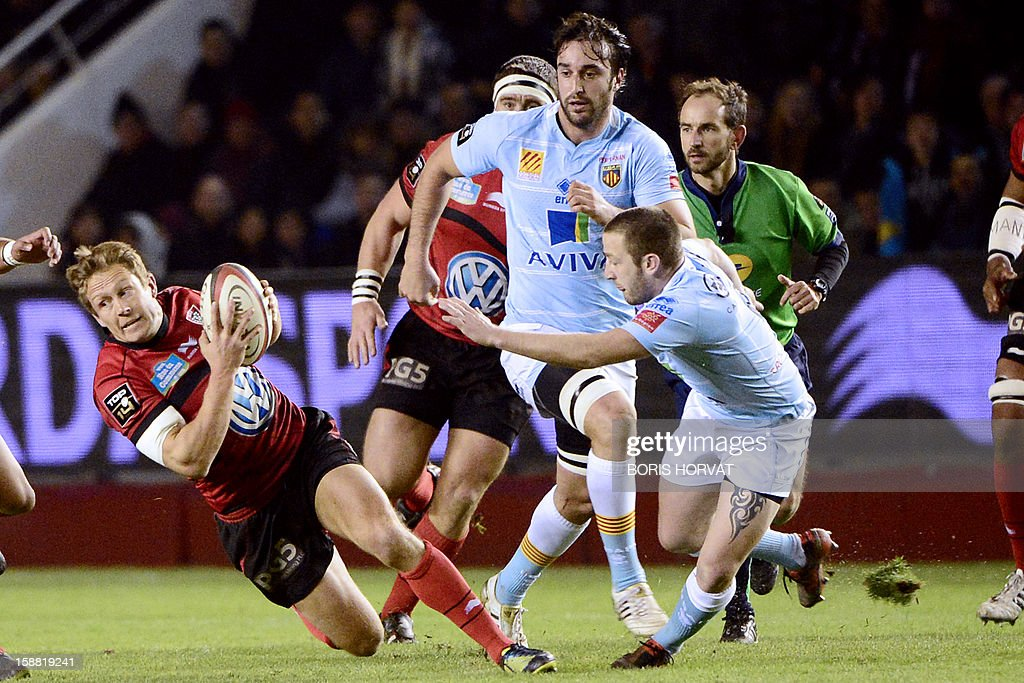 Perpignan fly-half David Mele (R) tries to stop RC Toulon's British fly-half Jonny Wilkinson (L) who runs with the ball during the French Top 14 rugby Union match RC Toulon versus Perpignan, on December 30, 2012, at the Mayol stadium, in the French southern city of Toulon.
