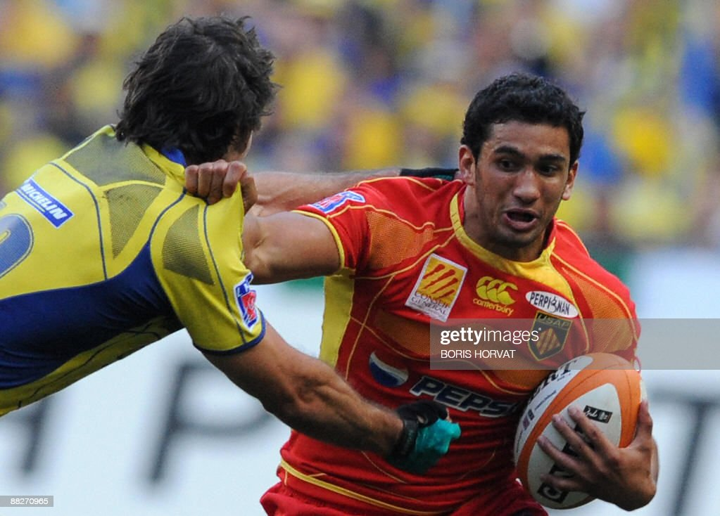 Perpignan's French centre Maxime Mermoz runs with the ball during the French Top 14 rugby union final match Clermont vs Perpignan on June 6 2009 at...