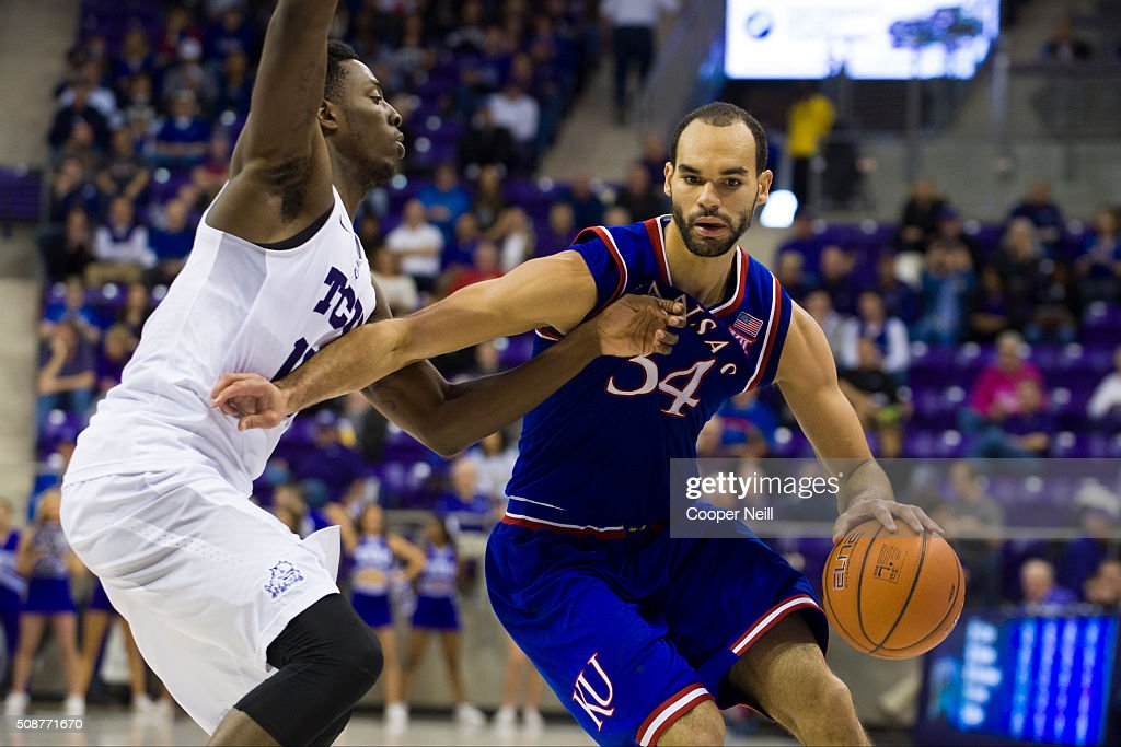 <a gi-track='captionPersonalityLinkClicked' href=/galleries/search?phrase=Perry+Ellis+-+Jugador+de+baloncesto&family=editorial&specificpeople=12556390 ng-click='$event.stopPropagation()'>Perry Ellis</a> #34 of the Kansas Jayhawks drives to the basket against JD Miller #15 of the TCU Horned Frogs on February 6, 2016 at the Ed and Rae Schollmaier Arena in Fort Worth, Texas.
