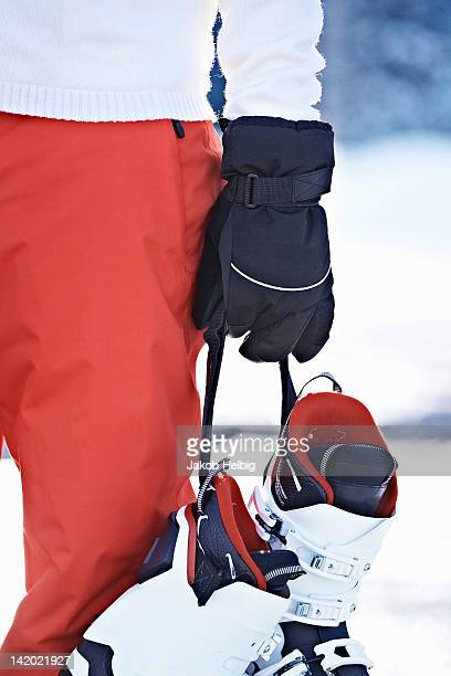 Persona, con botas de esquí en la nieve