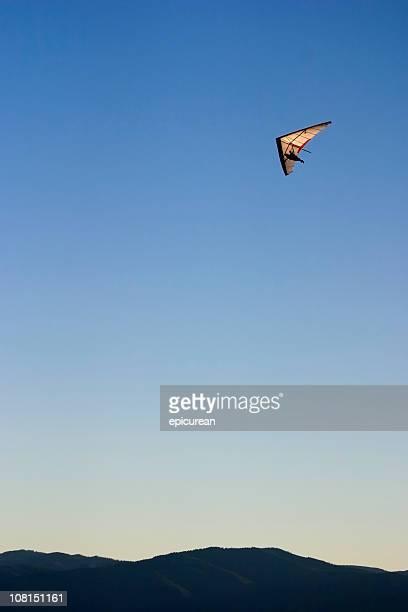 人ハングライディング、山々と青い空
