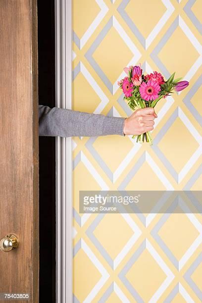 花束を持つ人