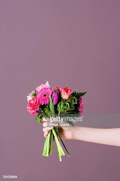 Persona de retención de ramo de flores
