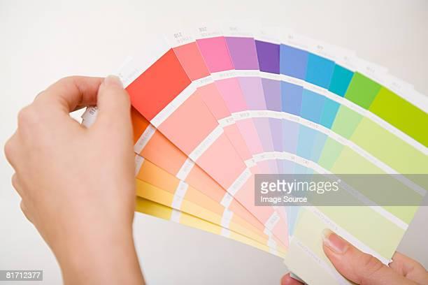 Personne tenant couleur graphiques