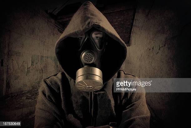 Pessoa no capuz vestindo Máscara de gás