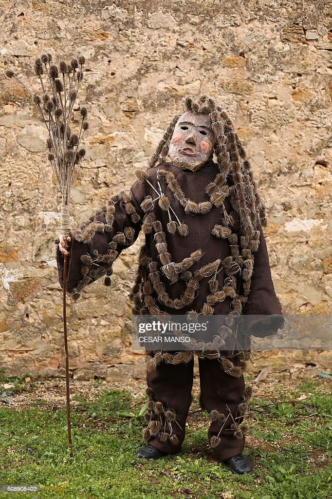A person performing 'Zarramaco' character poses covered with thistles during the celebration of 'El Gallo de Carnaval' (The Carnival's Cock) in Mecerreyes, in the northern Spanish province of Burgos, on February 7, 2016. The Gallo Carnival is a pagan festival in which people participate singing, dancing and attacking the 'Gallo' that is defended by Zarramacos. AFP PHOTO / CESAR MANSO / AFP / CESAR MANSO