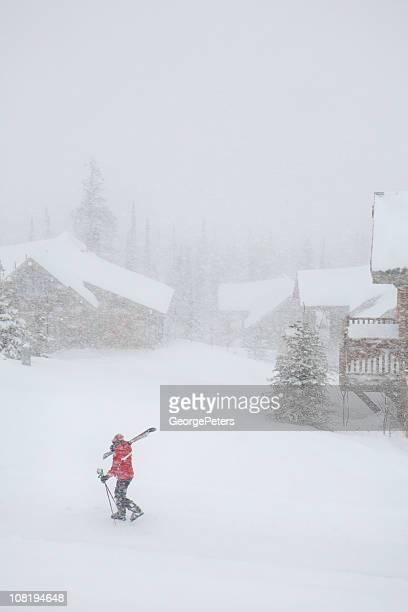 人を歩くスノーでのスキーロッジに