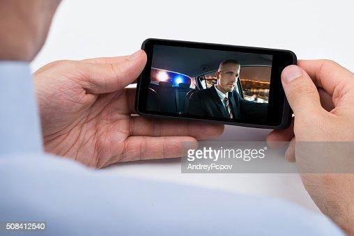 Person beobachten Video auf Handy : Stock-Foto
