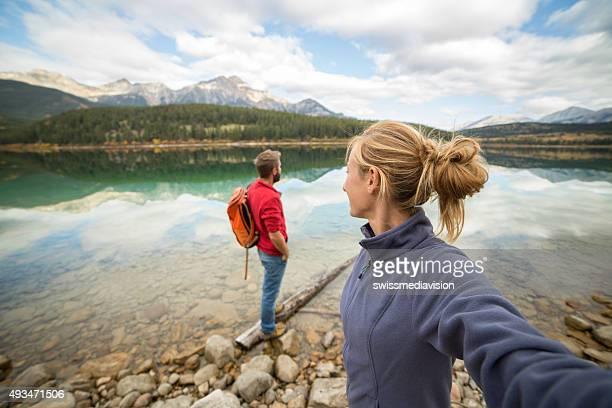 Persönliche Perspektive junges Paar hängenden by the lake