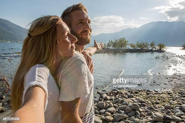 Persönliche Perspektive von paar Blick auf den See-Selfie-Porträt
