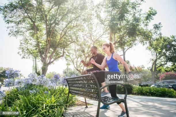 Entraîneur personnel faire étape un exercice banc avec Client