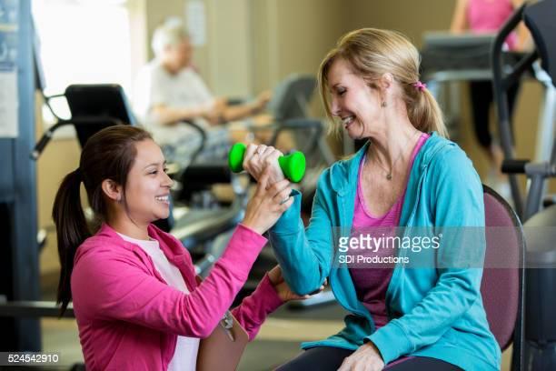 Persönlicher trainer hilft Senior client im senior center